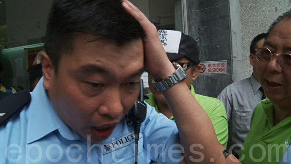 被女惡徒襲擊的警員遭林國安等頭目包圍,還聲稱要投訴他。(攝影:余鋼/大紀元)