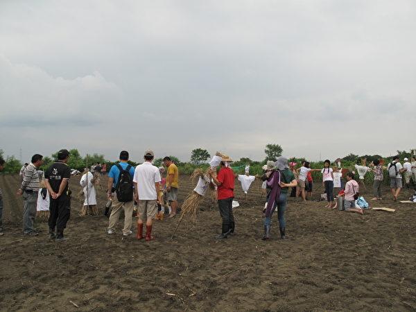認養者各自在田裡插著造型稻草人,告訴別人「這是我家種的!」(攝影:莊宜真/大紀元)