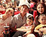 《犀利人妻最終回:幸福男.不難》觀眾攜家帶幼,才上映一週,全台票房已破七仟萬元。(圖/穀得電影提供)