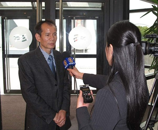 """来自德国的李教授出席""""反强摘器官医生协会""""组织英国研讨会。(明慧网)"""
