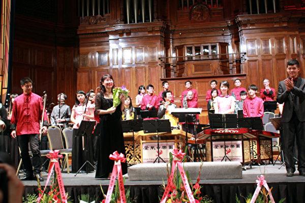 台湾大中青少年国乐团团长洪佩珍女士在演出结束后观众献花。(驻墨尔本台北经文提供)