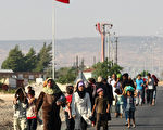 敘利亞難民在土耳其南部邊界城市基利斯走上街頭,要求土國政府提供足夠的食物和飲水。(AFP)