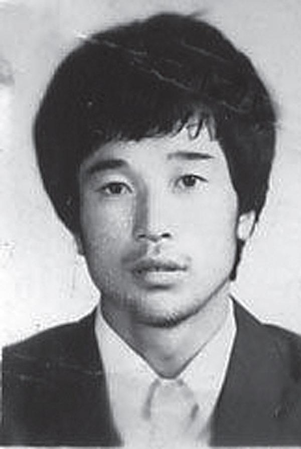 黑龍江省五常市法輪功學員張延超2002年4月遭哈爾濱警察虐殺,家屬見到張的遺體滿身傷痕,眼球被挖走一個,內臟被部分切除。(明慧網)