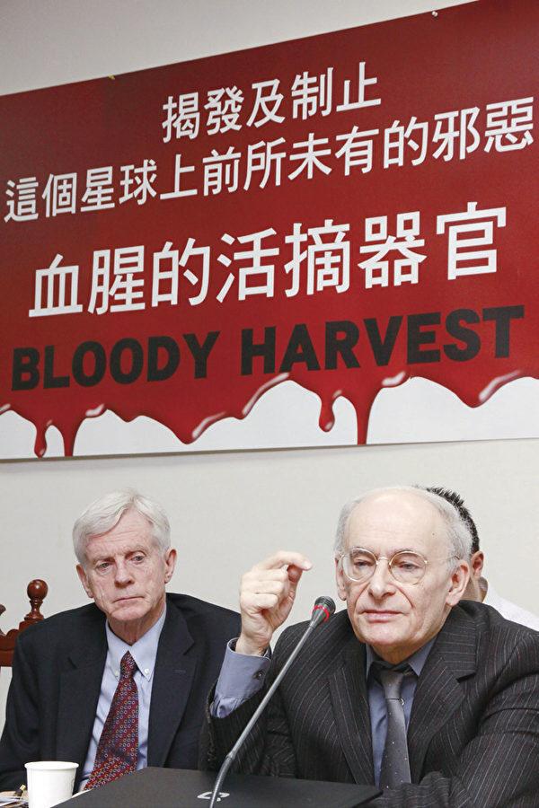 大衛‧喬高(左)與大衛‧麥塔斯(右)2011年6月28日在臺北立法院舉行《血腥的活摘器官》中文版新書發表會,揭發這個星球上前所未有的邪惡,並提出制止暴行的建言。(攝影:林伯東 / 大紀元)