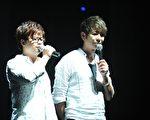 """演唱会上荒山亮与王俊杰合作了爵士本版的""""天荒地老""""歌曲,两人一唱一弹默契十足。(图/马拉音乐提供)"""