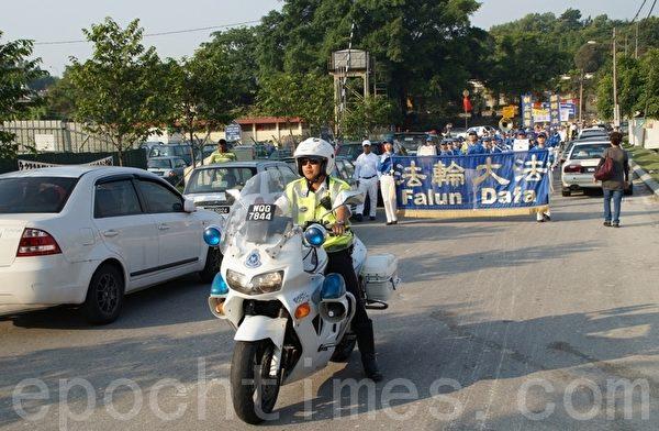 声援三退游行队伍在交通警察的开路下出发。(摄影:杨晓慧/大纪元)