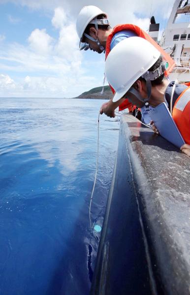 东京地方政府2日派出25人调查团前往钓鱼岛进行了探测,来回历时近十个小时,虽然没有登上钓鱼岛,不过拍摄了整个岛屿自然美丽的生态环境。(AFP/JAPAN POOL VIA JIJI PRESS)