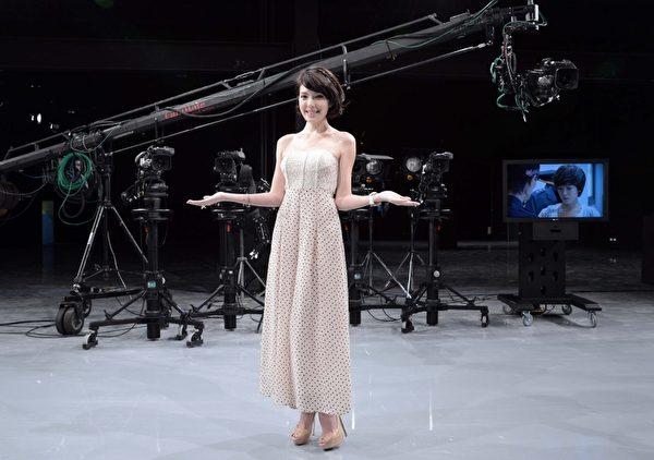 許瑋甯以一身平口低胸禮服亮相,顯得高貴典雅。(圖/三立提供)
