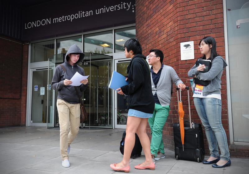 英國大學校門外的國際學生。(CARL COURT/AFP)