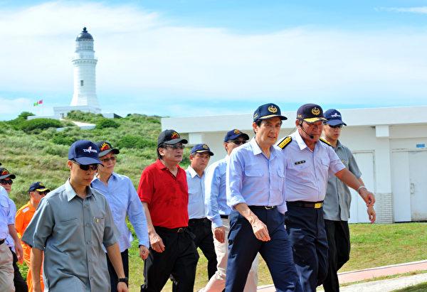 总统马英九(前)7日率领文武百将、立委,大阵仗登上彭佳屿,并对台日争议已久的钓鱼台事件发表谈话。(Mandy CHENG/AFP)