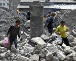 雲南彝良發生9•7地震後,當局的應急處置措施如同汶川地震重演。隨著不斷披露災後重建中各種黑幕和腐敗,災民能分到了多少重建款令人質疑。圖為9月8日,雲南彝良,殘垣斷壁隨處可見。(AFP PHOTO)