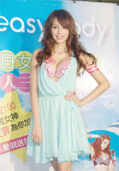 台湾宅男女神袁艾菲身穿水蓝色深V小洋装,大露性感好身材。(摄影:黄宗茂/大纪元)