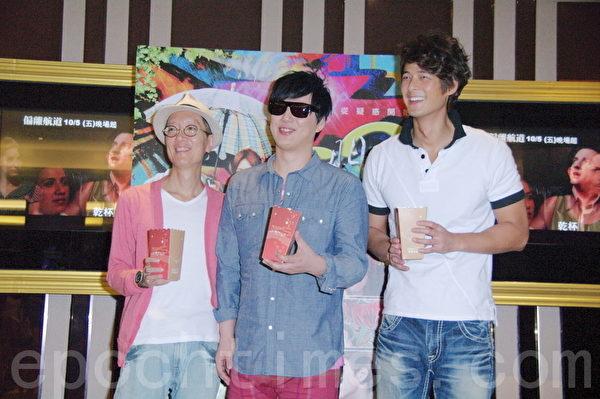 导演王玮(左)、萧煌奇(中)、郭品超(右)一起现身到戏院支持合作的新片《西门町》。(摄影:黄宗茂/大纪元)