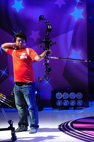 神箭手林世锋在《百万大明星》展现百步穿杨绝技。(图/台视提供)