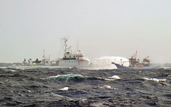 台湾75艘渔船25日凌晨5时航抵钓鱼台海域,遭遇日本保安厅10多艘巡逻艇干扰。(Sam Yeh/AFP)