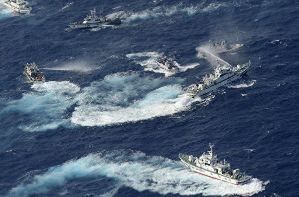 台湾75艘渔船25日凌晨5时航抵钓鱼台海域,遭遇日本保安厅10多艘巡逻艇干扰。(YOMIURI SHIMBUN/AFP)