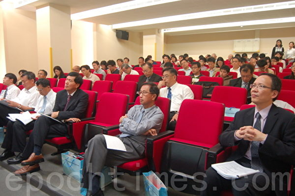 2012PECC企业论坛(前排左2起)农委会渔业署长沙志一、海洋大学校长张清风、台湾经济研究院院长洪德生。(摄影:于婉蘋/大纪元)