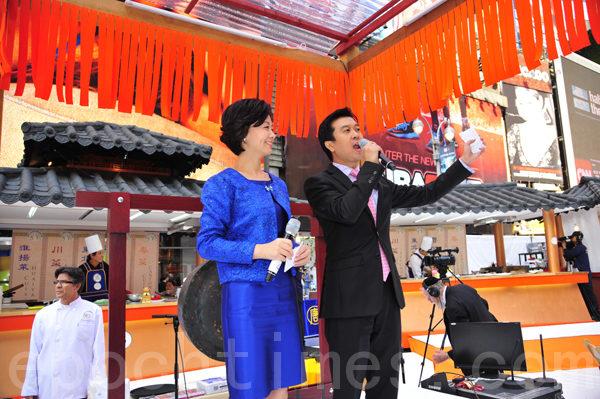 9月27上午11時,主持人新唐人電視臺主播方菲(左)在紐約時代廣場宣布「第五屆新唐人全世界中國菜廚技大賽」開賽。(攝影:戴兵/大紀元)