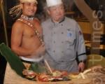 七星級主廚陳耀忠(左)最擅長根據在地現有食材,發展出美味食譜。(華航諾富特飯店提供、翻攝:徐乃義/大紀元)