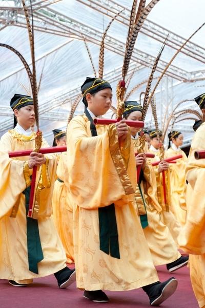 台北市政府28日在孔廟舉行「釋奠典禮」,典禮依照古禮進行,現場表演八佾舞表達對至聖先師孔子的尊敬。(台北市政府提供)