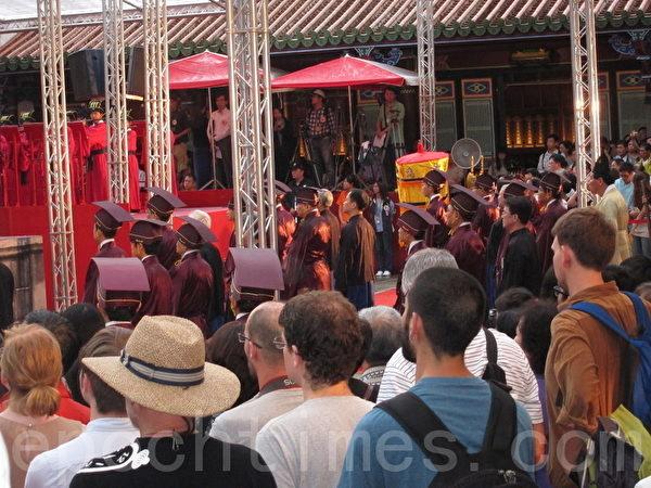 今天記者在現場看到許多外國觀光客,他們早上6點起就特地來參加這難得一見的傳統祭祀典禮。(攝影:鍾元/大紀元)