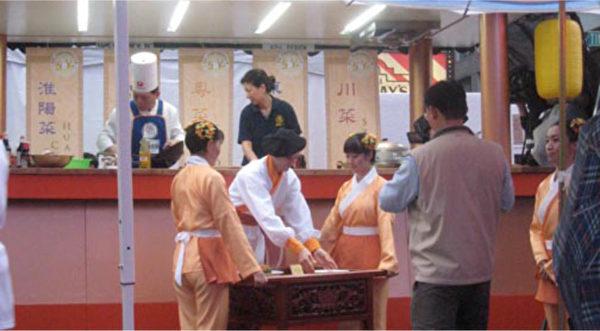 新唐人電視臺「全世界中國菜廚技大賽」的戶外廚車,在紐約時代廣場重現古長安晚宴盛況。