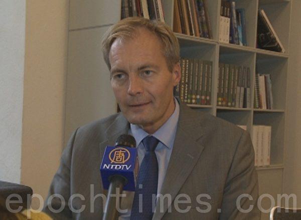 丹麦议员彼得•斯高如普就中共活摘器官一事,接受新唐人电视台记者采访(摄影:大智/大纪元)