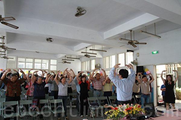 王元甫教大家學煉法輪功,民眾熱烈回響。(攝影:許享富 /大紀元)