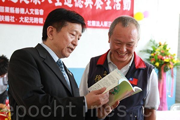 王元甫贈送他的著作【身心靈健康】予立法委員徐耀昌(右1)。(攝影:許享富 /大紀元)