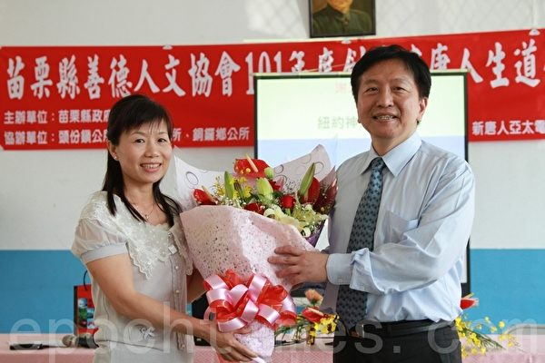 民眾曾玉燕贈送一束鮮花予王元甫,感激他的精闢演講。(攝影:許享富 /大紀元)
