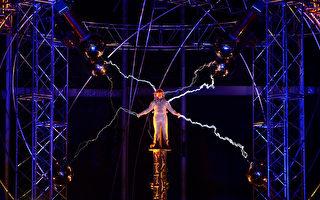 美魔术师化身闪电人通3天高压电