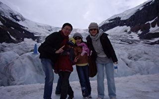 去年七月李東興全家福在加拿大西北部的冰河區。(圖片:李東興提供)