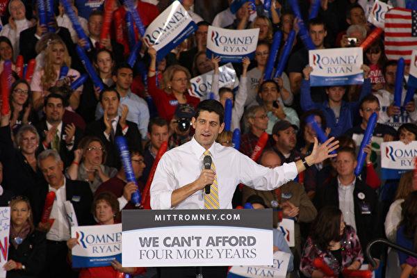 圖:2012年10月9日,美國共和黨副總統候選人眾議員瑞安(Paul Ryan)在密西根州羅徹斯特市的奧克蘭大學(Oakland University)演講後,瑞安走到選民中間,接受了密西根法輪大法佛學會代表遞交的信函,信函知會共和黨方面有關106位美國會議員聯名要求美國國務院,公佈可能已經獲得的有關活摘法輪功學員器官的一切資料的信息,促採取措施制止中共活摘法輪功學員器官罪行。(攝影:尹婉/大纪元)