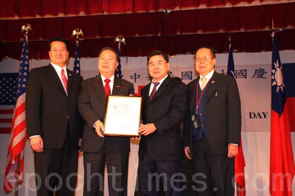 市議員顧雅明向中華公所頒發獎狀,表彰中華公所為國家和僑界的服務。(攝影﹕蔡溶/大紀元)