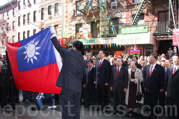 在莊嚴的國歌聲中,護旗手把國旗展開,青天白日紅旗在眾人的注目下冉冉升向中華公所的上空。(攝影﹕蔡溶/大紀元)