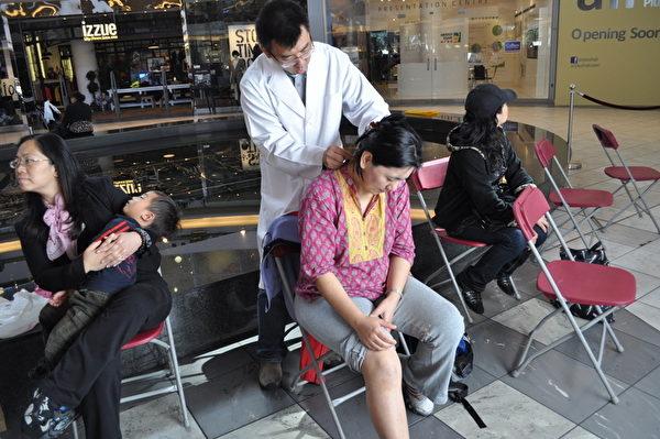 医生正在为患者针 灸(摄影:唐风/大纪元)