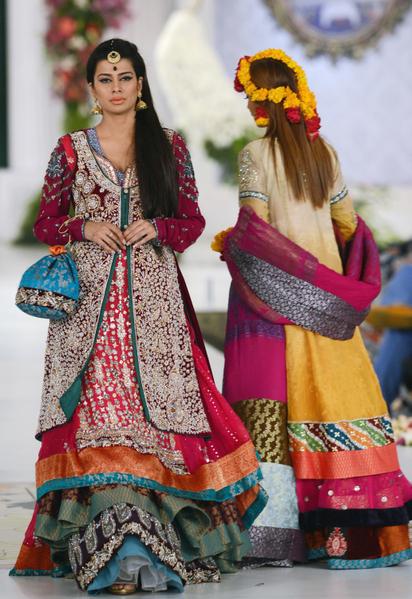 2012年10月14日,風格360新娘時裝週發表設計師Kosain Kazmi作品。(ARIF ALI / AFP)