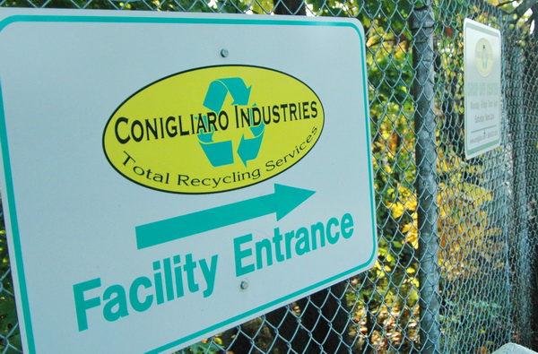 廢品回收場大門口的牌子顯示這個廢品回收場是Conigliaro Industries公司所擁有。(攝影:畢儒宗∕大紀元)