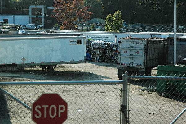 在NECC廠房的另一側是一個廢品回收場,照片中可以明顯看到一堆廢品。(攝影:畢儒宗∕大紀元)