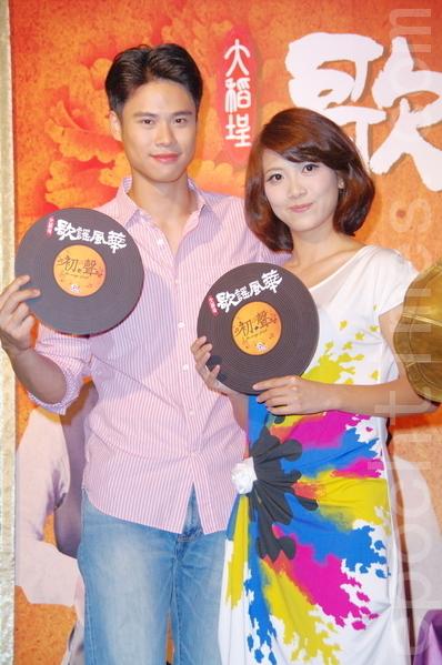 演員吳定謙(右)與徐麗雯。(攝影:黃宗茂/大紀元)