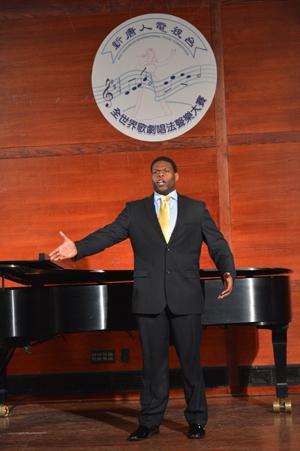 美国选手男中音Nicholas Wiggins在初赛上演唱 Non Piu andrai。(摄影﹕戴兵/大纪元)
