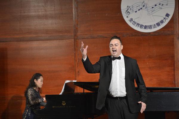 来自奥地利的选手男高音Markus Max Prodinger在初赛上演唱 Di Quella pira from Troubadur-Verdi。(摄影﹕戴兵/大纪元)