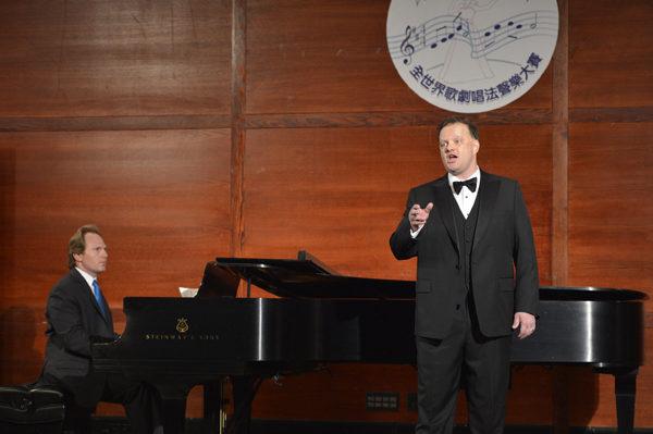 美国选手男高音Tim Augustin在初赛上演唱Una furtiva lagrima。(摄影﹕戴兵/大纪元)