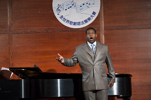 """美国选手男中音Nicholas Wiggins在复赛上演唱""""Non piu andrai""""和""""Draw Near""""。(摄影:戴兵/大纪元)"""