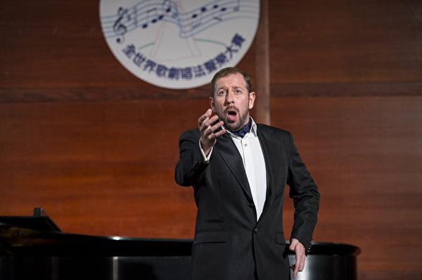 "图﹕来自威尔士的选手男高音Stephen Mullan在复赛上演唱""Pourquoi me reveiller (Werther) Massenet and Kuda  ""和""Kuda vyudalilis (Eugene Onegin) Tchaikovsky""。(摄影﹕戴兵/大纪元)"