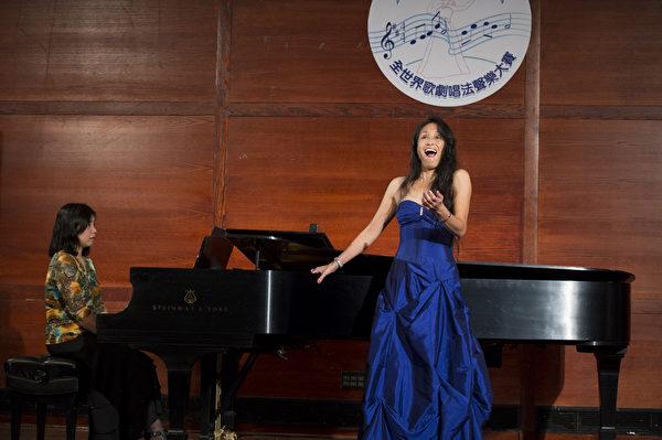 """图﹕美国选手女高音Jie Peters在复赛上演唱""""O! Quan te volte by Bellini """"和""""Come perme Bellini""""。(摄影﹕戴兵/大纪元)"""