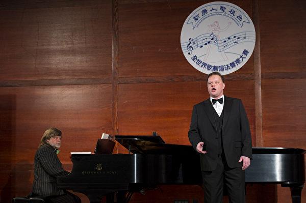 """图﹕美国选手男高音Tim Augustin在复赛上演唱""""Nje poi krahsavitsa """"和""""Si, ritrovarla io guiro""""。(摄影﹕戴兵/大纪元)"""