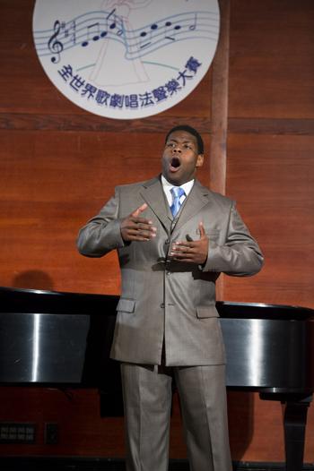 美国选手男中音Nicholas Wiggins在复赛上演唱莫扎特的歌剧《费加罗的婚礼》选取《不要再去做情郎》和《拉近》(Draw Near)(摄影﹕戴兵/大纪元)