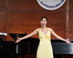 """图﹕来自加拿大的选手女高音Yun Cindy Zhang在复赛上演唱 """"Saper Vorreste """"和""""Volta La Terrea""""。(摄影﹕戴兵/大纪元)"""