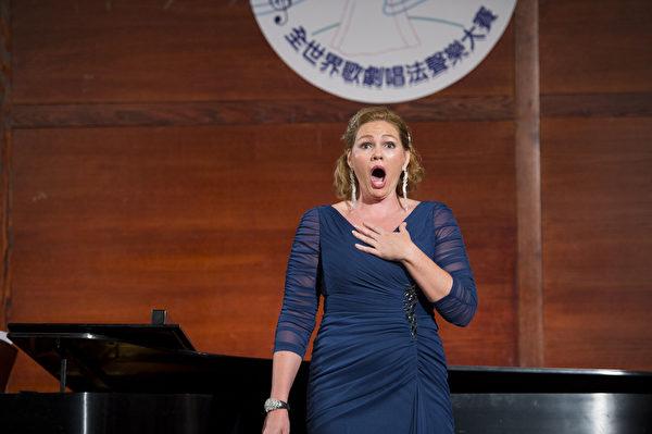 """图﹕美国选手女高音Lorna Case在复赛上演唱""""I Live Upstream on Yangtze River, G""""和""""Akh! Istomilas Ya Gorem, A Minor""""。(摄影﹕戴兵/大纪元)"""